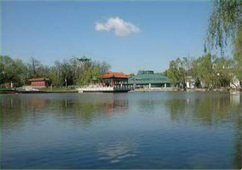 鞍山市汤岗子医院体检中心附近的小湖