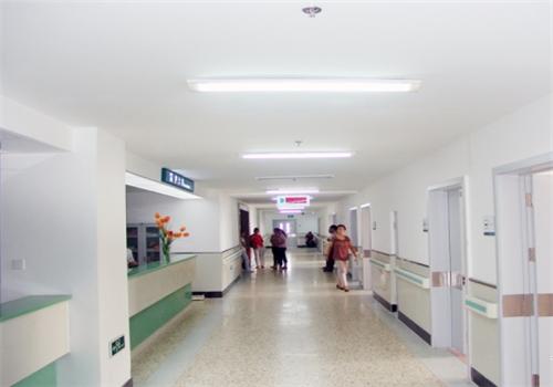 本钢总医院体检中心走廊